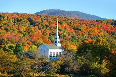 Udsigt over New England, skov og kirke om efteråret. et godt sted for Kæledyrsvenlige ferier