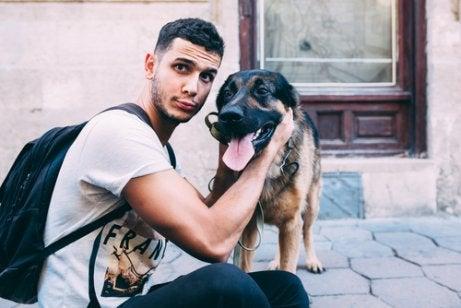 mand med sin hund
