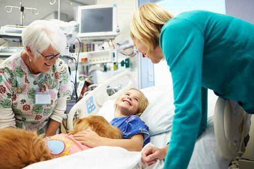 Terapihund skaber glæde hos patient