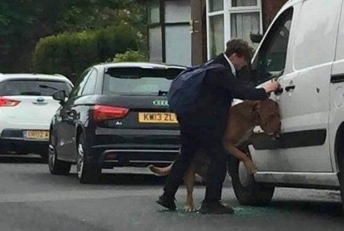 En ung mand, der reddede en hund fra at blive kvalt