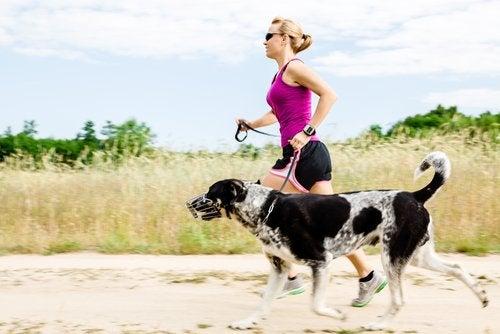 Kvinde løber med sin hund