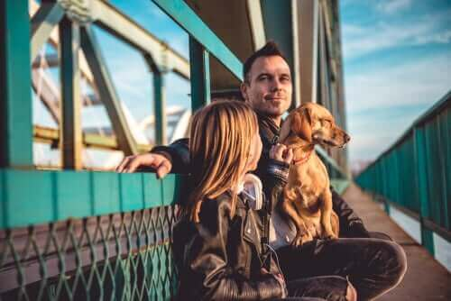 Mand med pige og hund på færge