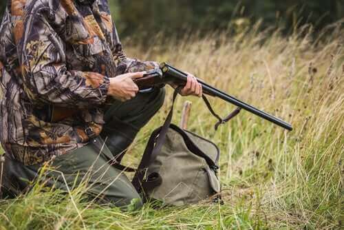 en jæger gør sit gevær klar