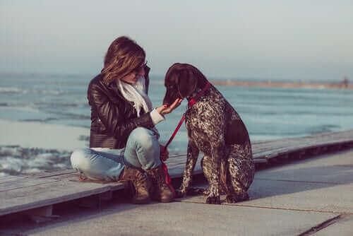 Kvinde med hund ved havet