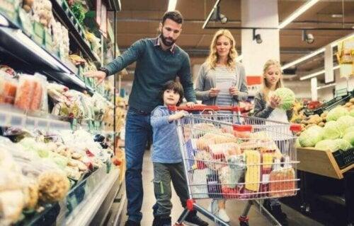 Familie på indkøb sammen ønsker at undgå en fødevaresikkerhedskrise