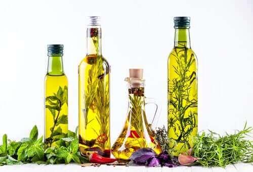 forskellige olier med urter