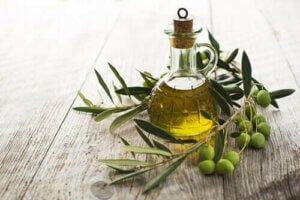 Olivenolie i glasflaske