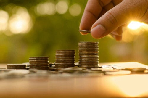 Person, der stabler mønter