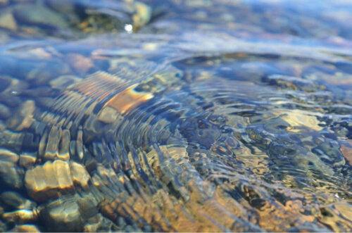 Vand i bevægelse over stenbund