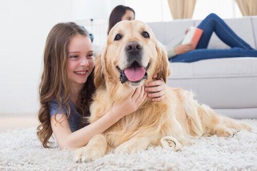 Pige krammer en hund
