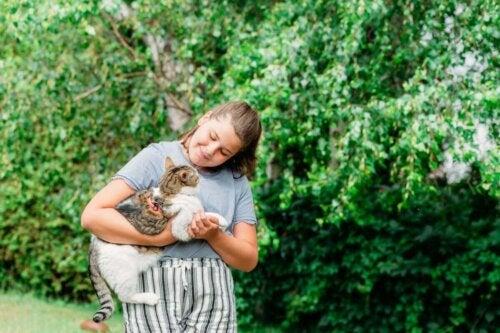 Pige med kat i armene