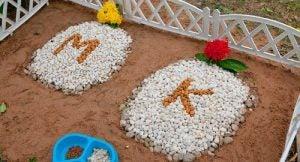Itsetehtyjä eläinten hautakiviä