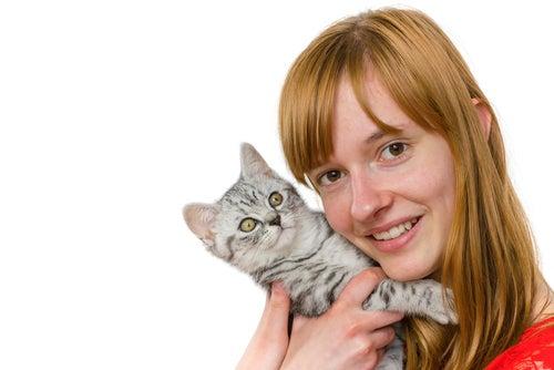 une femme avec un chaton dans les bras