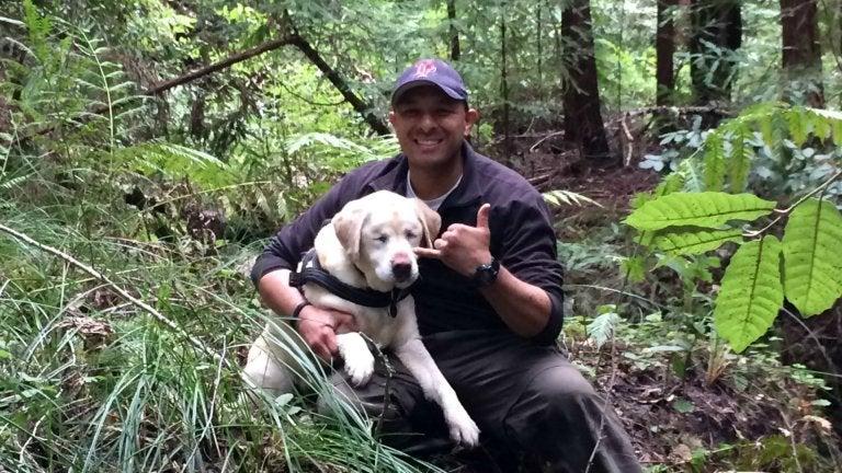 homme qui a sauvé une femelle labrador aveugle