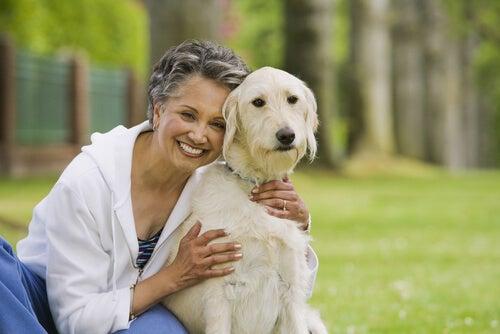 un vieille dame enlace un chien