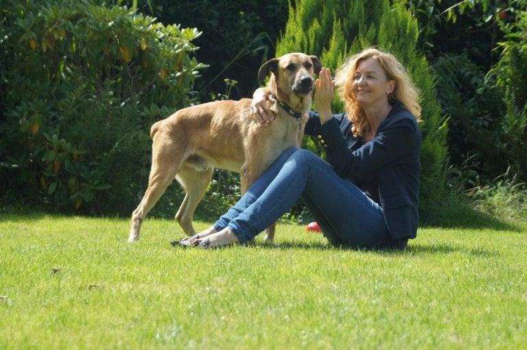 hôtesse de l'air qui caresse son chien adopté