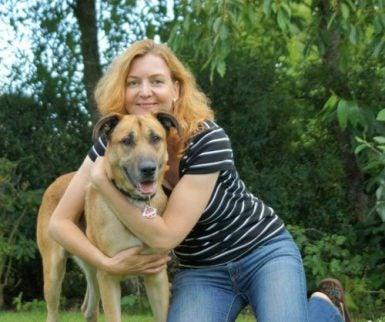 Une hôtesse de l'air allemande adopte un chien errant à Buenos Aires