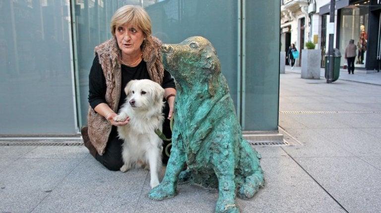La maîtresse de Ney, son nouveau chien et la statue en bronze de Ney