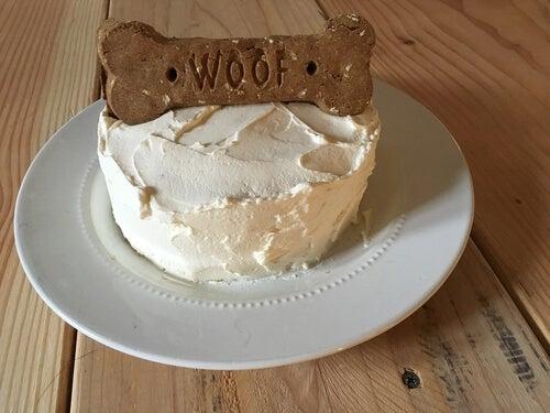 Un gâteau pour chien avec un biscuit en forme d'os