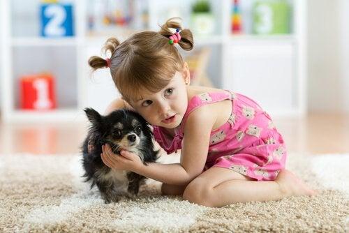 une fillette joue avec un chiot