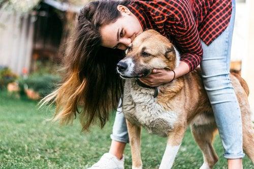 Une femme cajole un chien