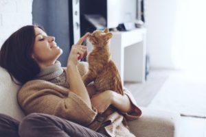 femme avec son animal de compagnie