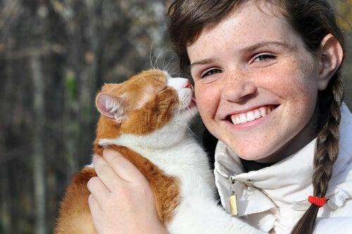 les chats nous lèchent le visage ; cela fait partie de leurs comportements étranges