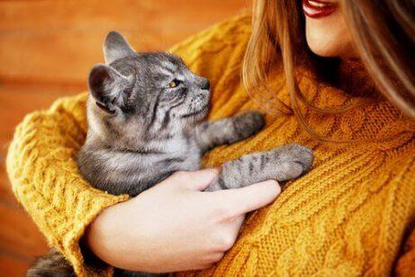 Une femme qui étreint son chat