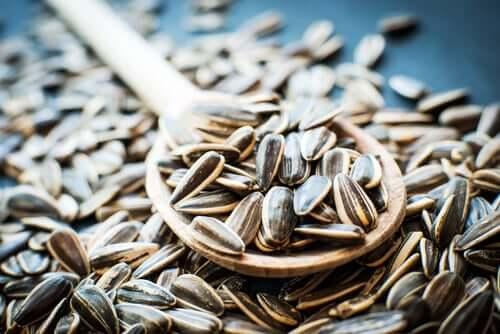 Une cuillère de graines de tournesol