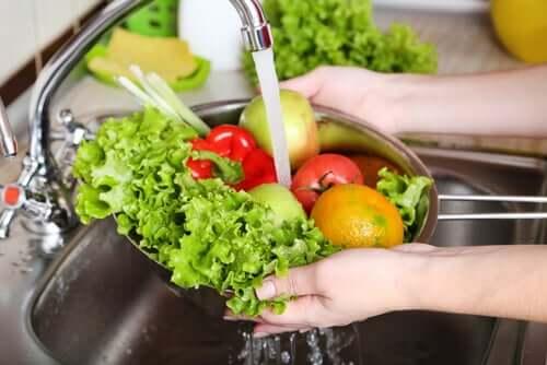 Bien nettoyer les fruits et les légumes pour éliminer toute trace de l'Escherichia coli
