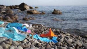 Des déchets sur une plage.