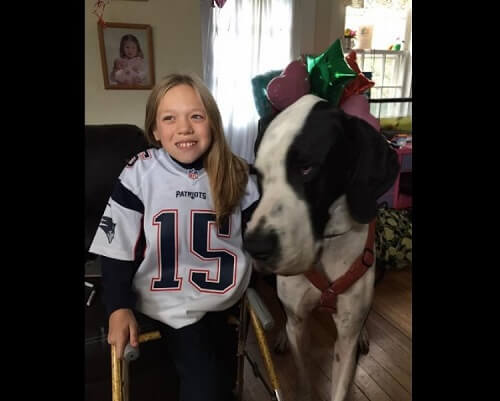 愛犬ジョージのおかげで再び歩けるようになった12歳の少女