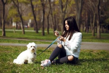 小型犬を連れた女性