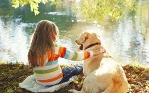 Barn og kjæledyr som bor sammen