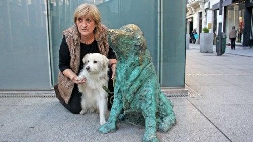 En statue er satt opp i Galicia for å hedre forlatte hunder