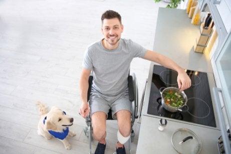 En mann i rullestol forbereder suppe til hunden sin
