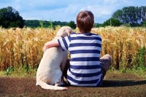 Hunder hjelper barn