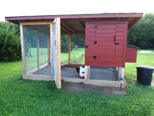 Et ferdiglaget hønsehus i hagen