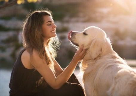 En kvinne som viser hvor viktig det er å snakke med hunden din