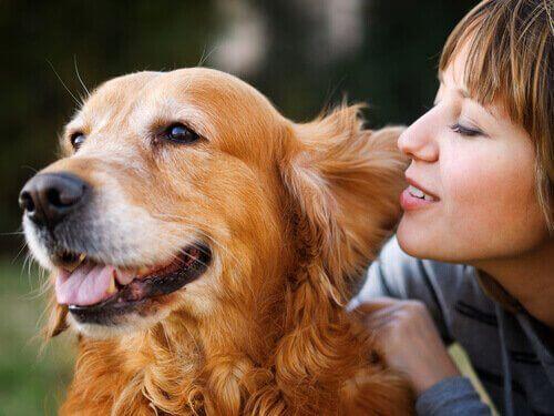 En kvinne snakker med hunden sin