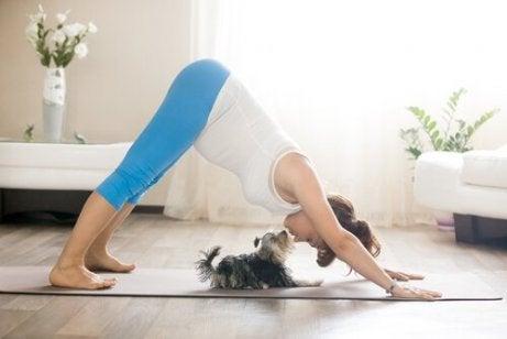 En dame som driver med yoga
