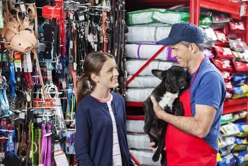 En jente som kjøper en ny hund.