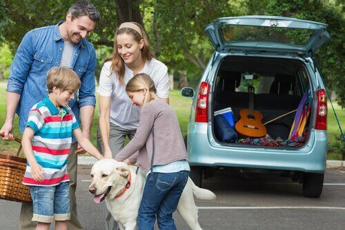 En familie som reiser sommen med hunden sin.
