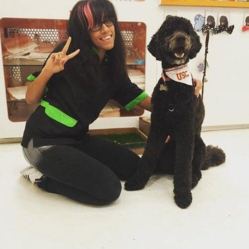 En kvinne er med Beau, professorhunden