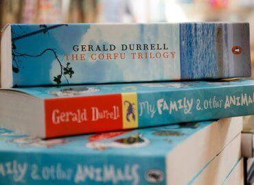 En stabel av Gerald Durrells bøker