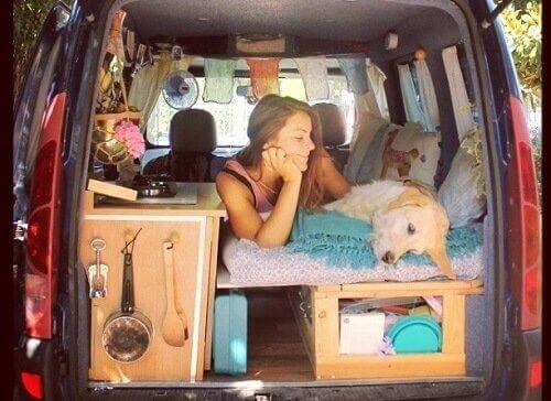 Marina og Odie ligger inne i varebilen sin