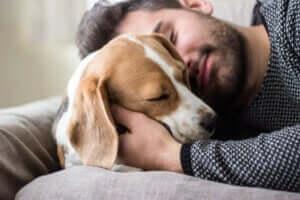 En mann som klemmer en hund