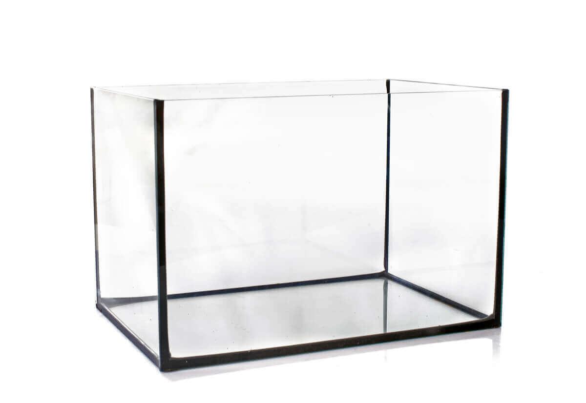 Et tomt akvarium i glass