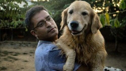 De man die al meer dan 735 zwerfhonden adopteerde