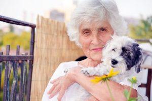 Op oudere leeftijd; vrouw met hond